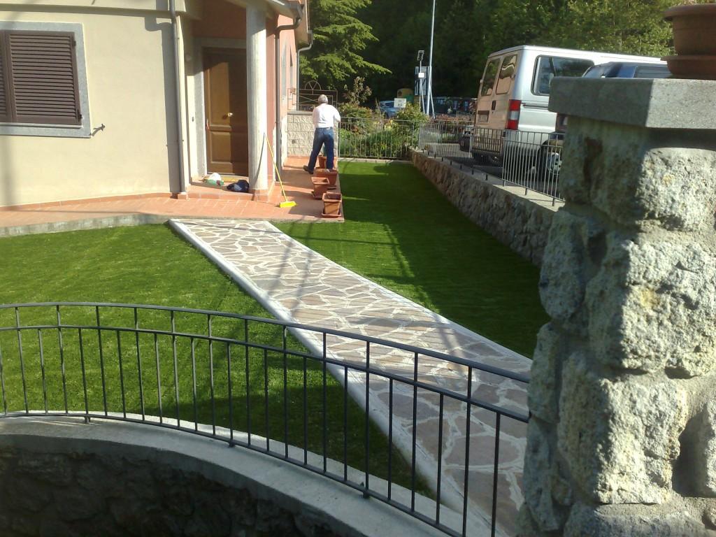 Prato sintetico erba sintetica installazione e - Erba da giardino resistente ...